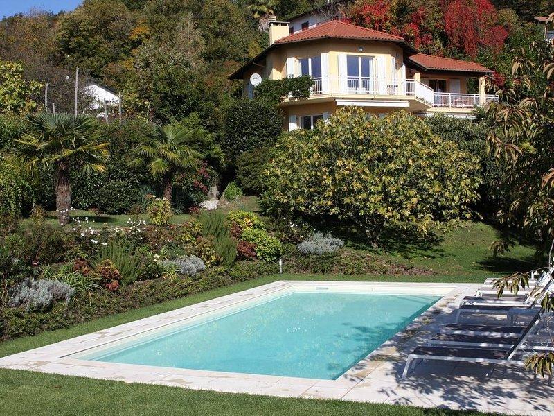 Stunning 4 bed villa with pool, BBQ, lake views, alquiler de vacaciones en Poppino