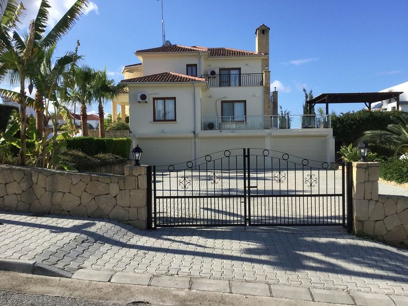 Stunning Luxury 5 Bedroom Large Villa With Private Pool - Metres From Sea, vacation rental in Catalkoy