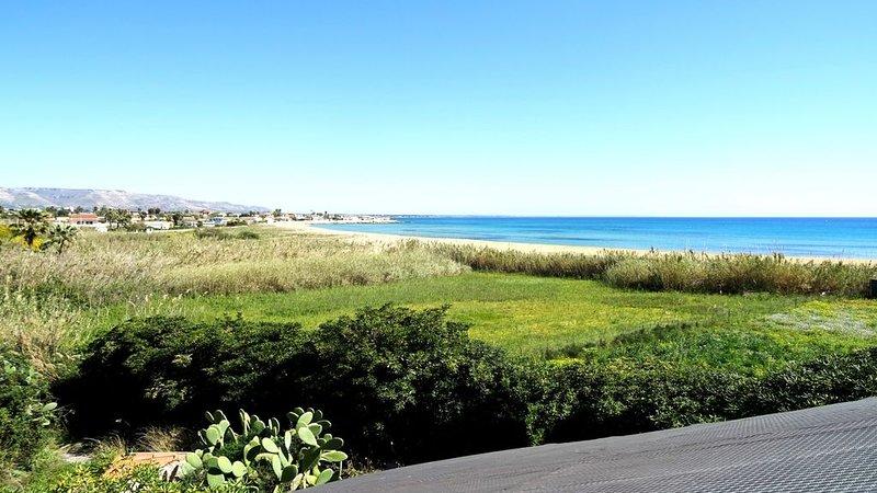 Villetta su due piani con posto auto, veranda e lavatrice, a 100 m dal mare, aluguéis de temporada em Calabernardo
