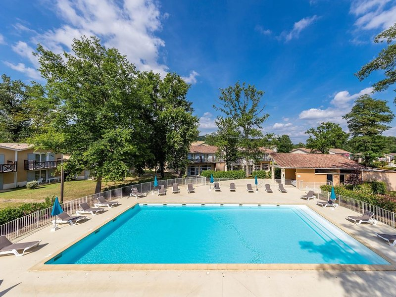 Appartement PROCHE DU COURS DU GOLF + piscines sur place, holiday rental in Frechou