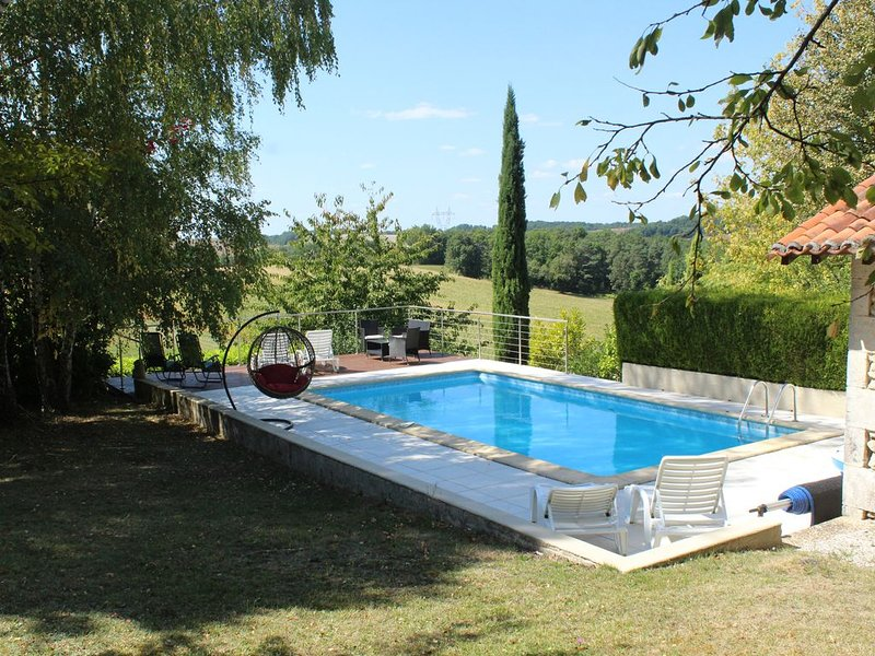 Pet friendly one bedroom gite with beautiful gardens and pool, near Verteillac, holiday rental in Coutures