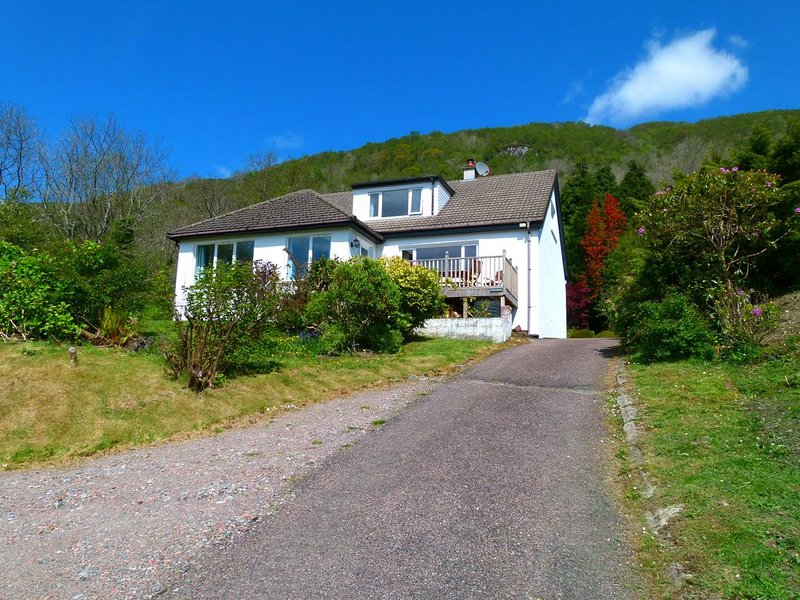 Detached House With Mountain And Loch Views, holiday rental in Ballachulish
