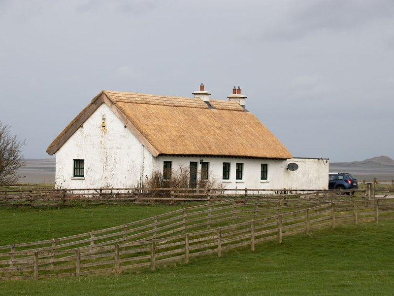 Thatched Country Cottage Overlooking Ballisodare Bay on the Wild Atlantic Way, holiday rental in Rosses Point