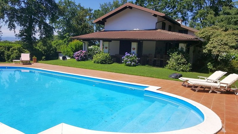 Lovely peaceful villa with private pool, vakantiewoning in Bellinzago Novarese