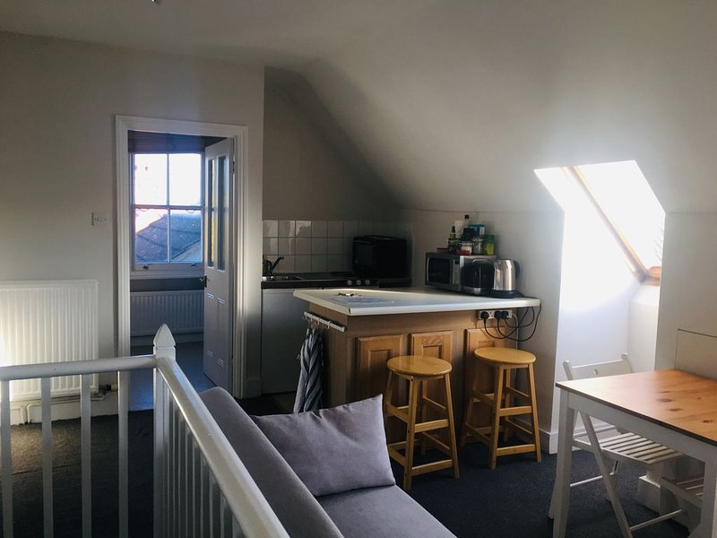 Two bedroom self contained flat in family home, vacation rental in Morden