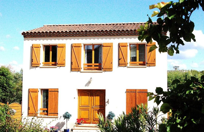 Fully equipped Villa With Private Pool in Historic Circulade Village, Ferienwohnung in Laurens