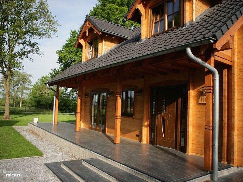Luxe houten villa Dirk met uitzicht over landerijen in bosrijke omgeving, holiday rental in Lemele
