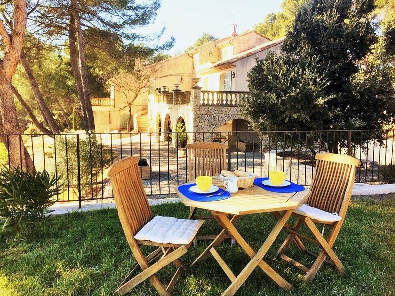 260 M2 STONE HOUSE BETWEEN AIX-EN-PROVENCE AND LUBERON, NATURAL POOL, holiday rental in Rognes