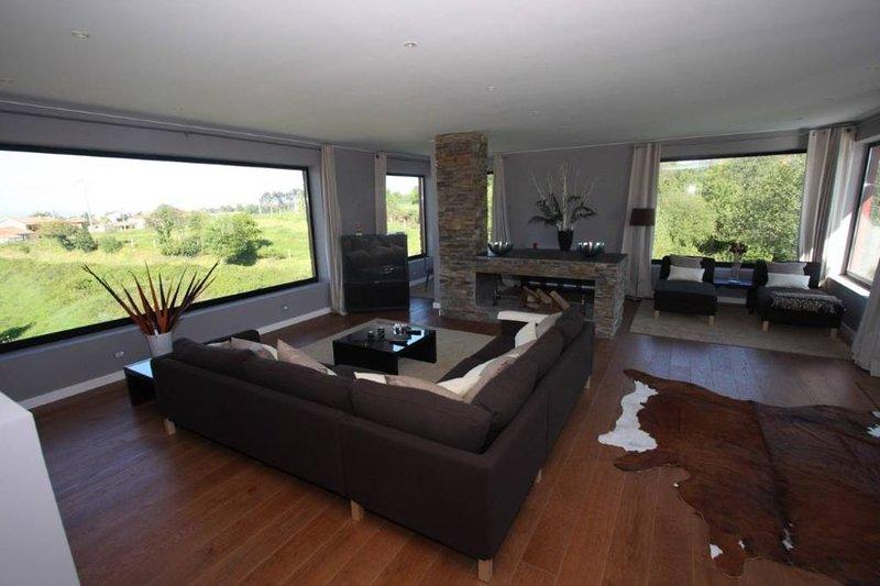 ESPECTACULAR CHALET DE LUJO EN UN ENTORNO RURAL CON WIFI GRATUITO, holiday rental in Cadavedo