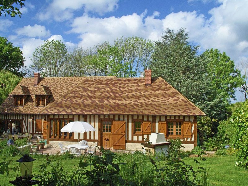 Traditional Holiday Home with Garden in Dampsmesnil, vacation rental in Saint-Clair-sur-Epte