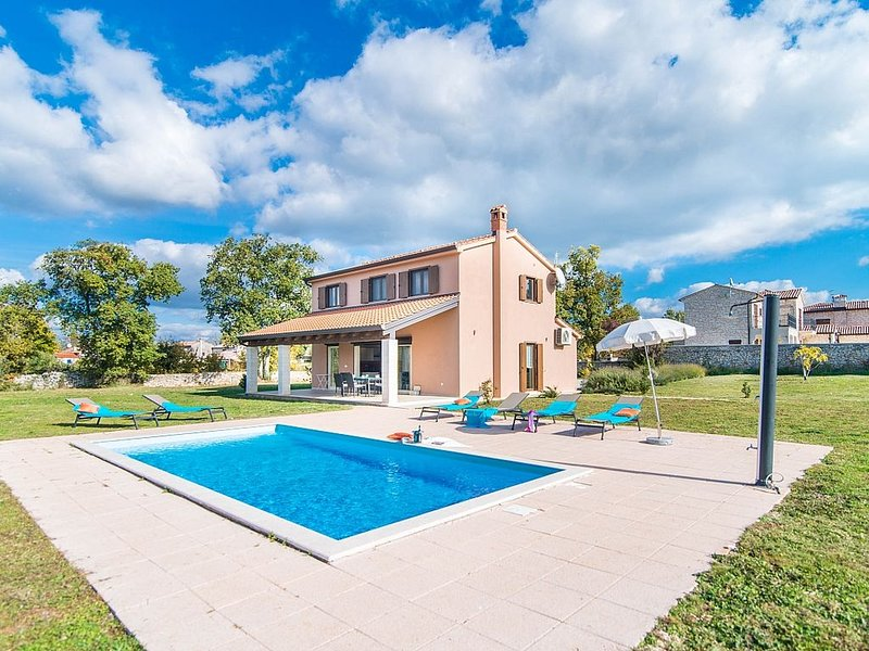 Modern Villa with AC, large Garden and Private Pool !, vacation rental in Baderna