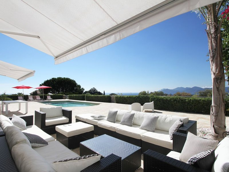 Belle villa contemporaine, avec splendide vue mer panoramique, louable à l'année, holiday rental in Cannes