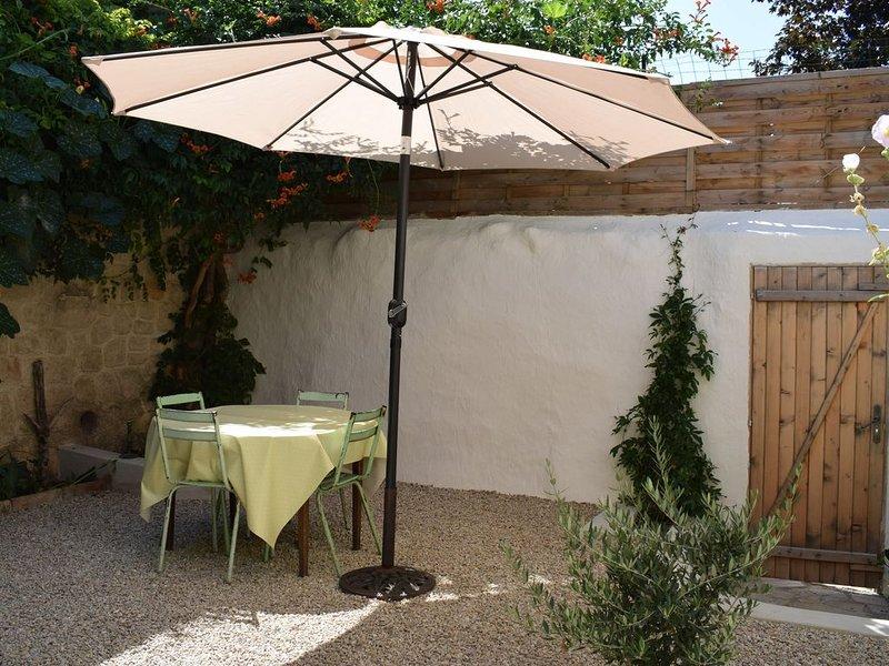 Charmant gîte de village indépendant avec jardin (proche de Pezenas), holiday rental in Cazouls d'Herault