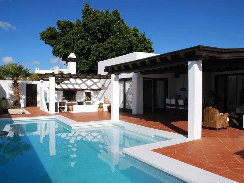 Los Helechos, Villa con encanto, piscina con hidromasaje y gran terraza cubierta, holiday rental in Costa Teguise