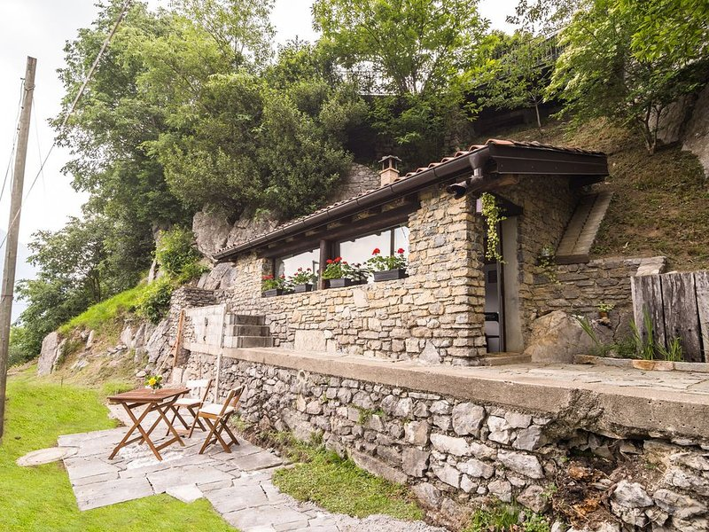 Romantic Holiday Home in Italian Lakes with Garden, holiday rental in Albogasio-Oria