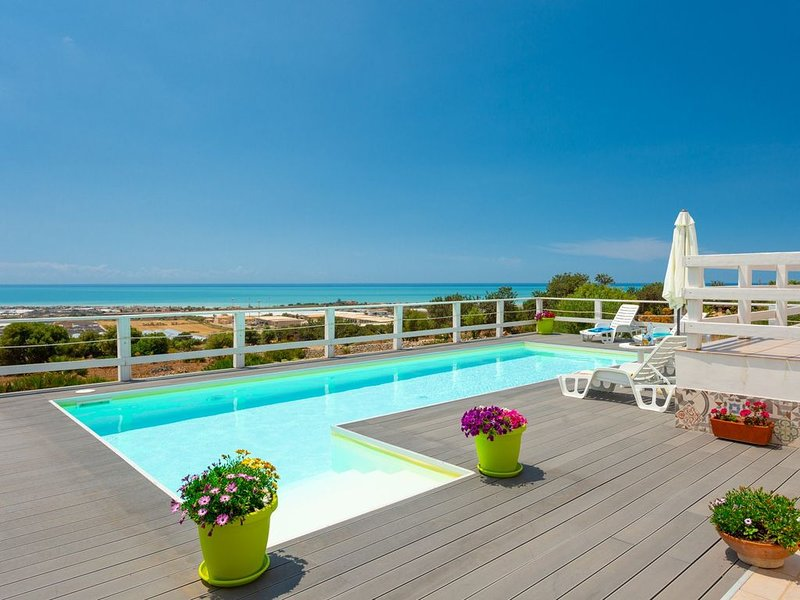 Villa Renzo: Large Private Pool, Sea Views, A/C, WiFi, vacation rental in Scicli
