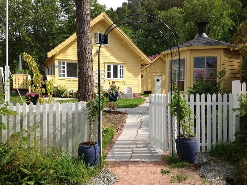 Idyllic summerhouse with annexe and garden pavillion. Only weekly rental., holiday rental in Rygge