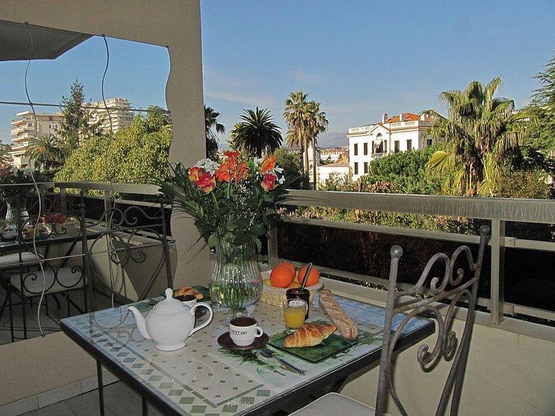 BEAU STUDIO CANNES CROISETTE (5 mn à pied) TRES CALME. GARAGE. TERRASSE SUR PARC, holiday rental in Cannes