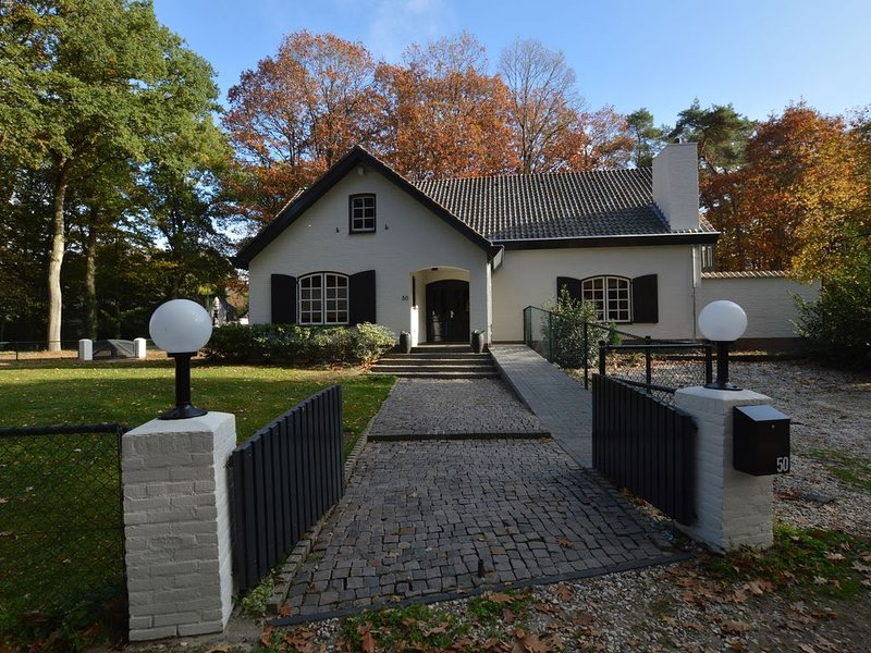 Luxurious and spacious holiday villa in wooded area near Arcen, holiday rental in Broekhuizen