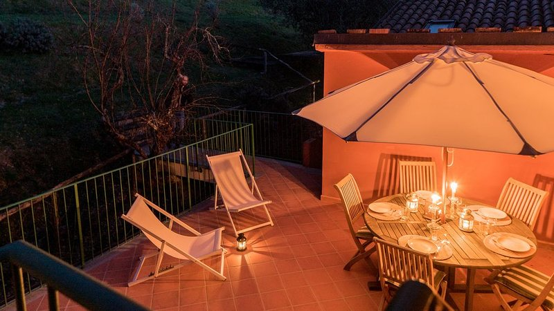 The Gardener's roof top flat amongst Mediterrenean perfumes and colours, vacation rental in Camaiore