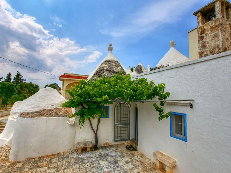 Typical trullo with conical roof in excellent area close to the sea, aluguéis de temporada em Masseria Piccola