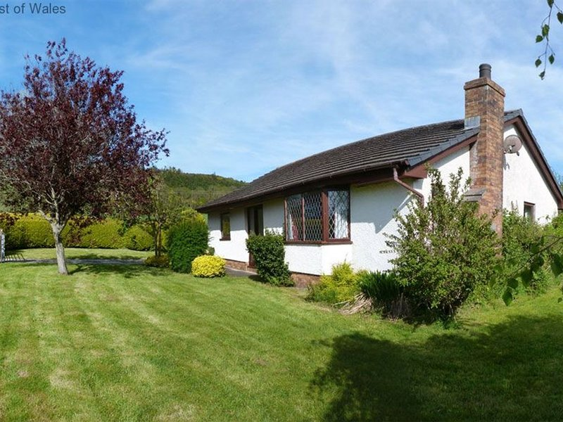Detached cottage less than half a mile from lovely Cei Bach beach and just 2 mil, vacation rental in New Quay
