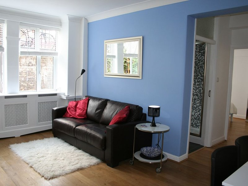 Great location - 5 min walk to 2 underground stations. Excellent Reviews, vacation rental in Hounslow