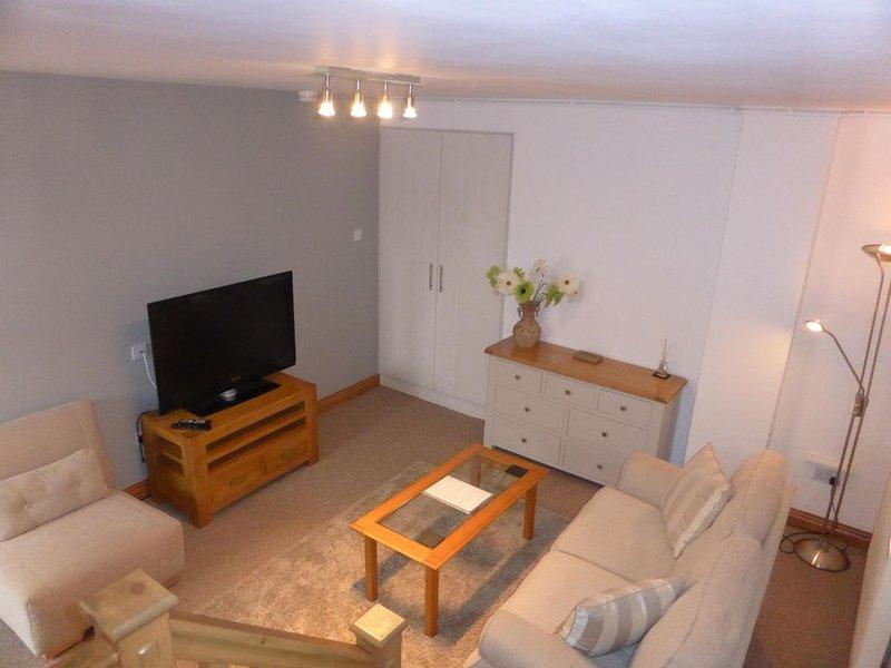 Large 1 Bed Quiet Garden Apt. Great local amenities, easy access to city centre., location de vacances à Lymm