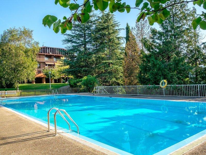Precioso piso de 4 dormitorios con piscina y jardin en urbanización privada, alquiler de vacaciones en Usurbil