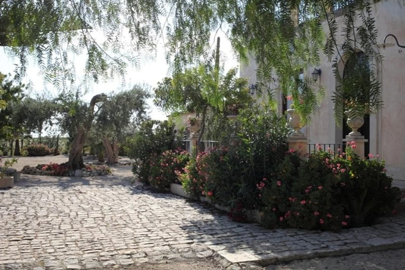antica villa nella campagna ragusana, holiday rental in Pedalino