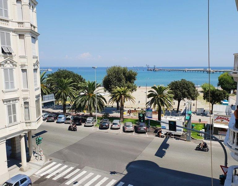La Dimora sul Mare si affaccia sul mare ed è comoda ai servizi (centro pedonale), vacation rental in Torre del Mare
