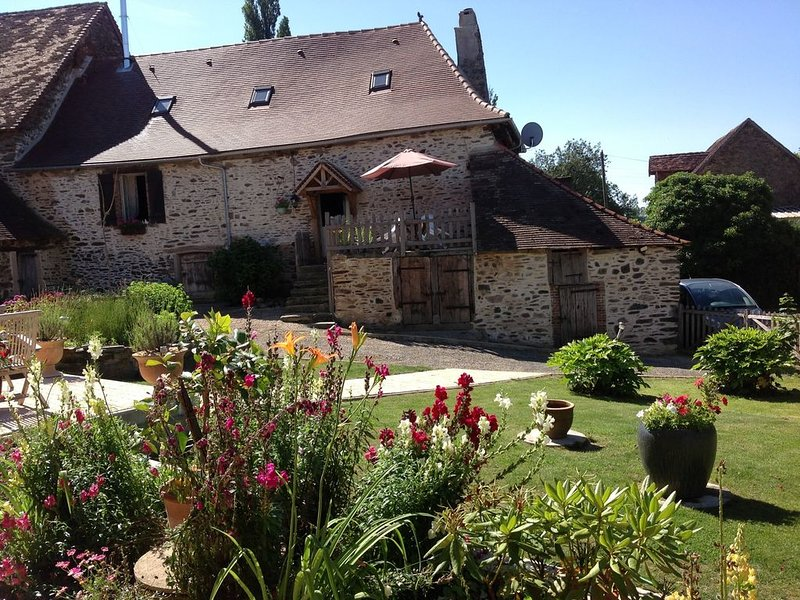 1778 Character Farmhouse In a Large South Facing Garden, Pool & Stunning Views, vacation rental in Segur-le-Chateau