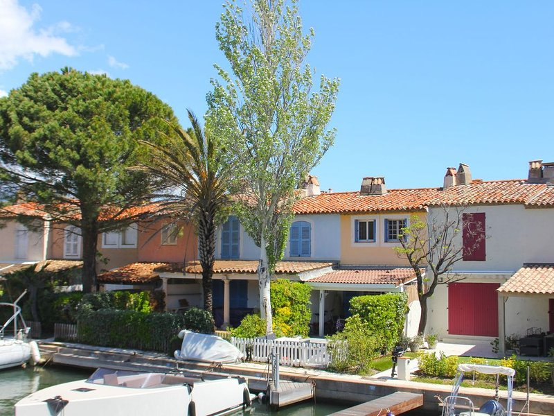Modern holiday home on the water in Port-Grimaud, within walking distance of the, vacation rental in Grimaud