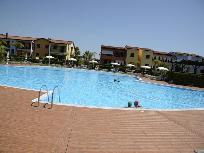 POSEIDONE-AppartamentI raffinati in villaggio con piscina, holiday rental in Policoro