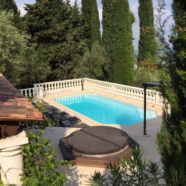 Comfortabele vrijstaande Villa met zwembad, buiten keuken/bar met veel privacy., holiday rental in Speracedes