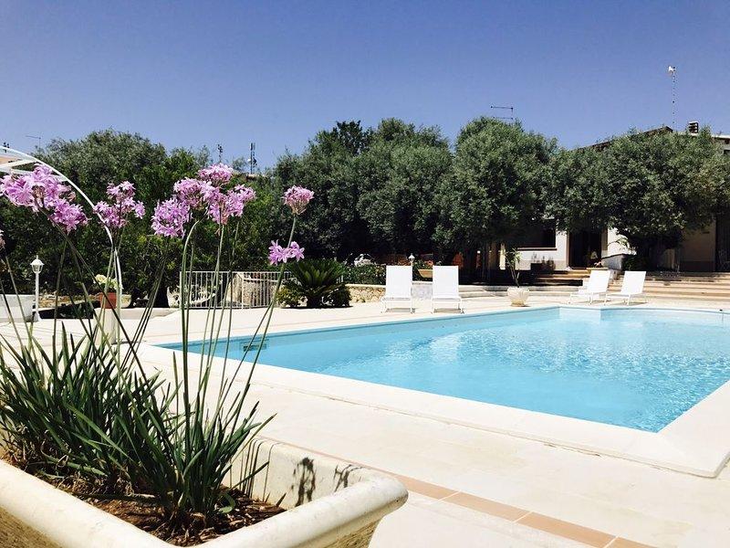 Villa con piscina privata e ampi spazi verdi  a pochi minuti dal centro città, vacation rental in Belvedere