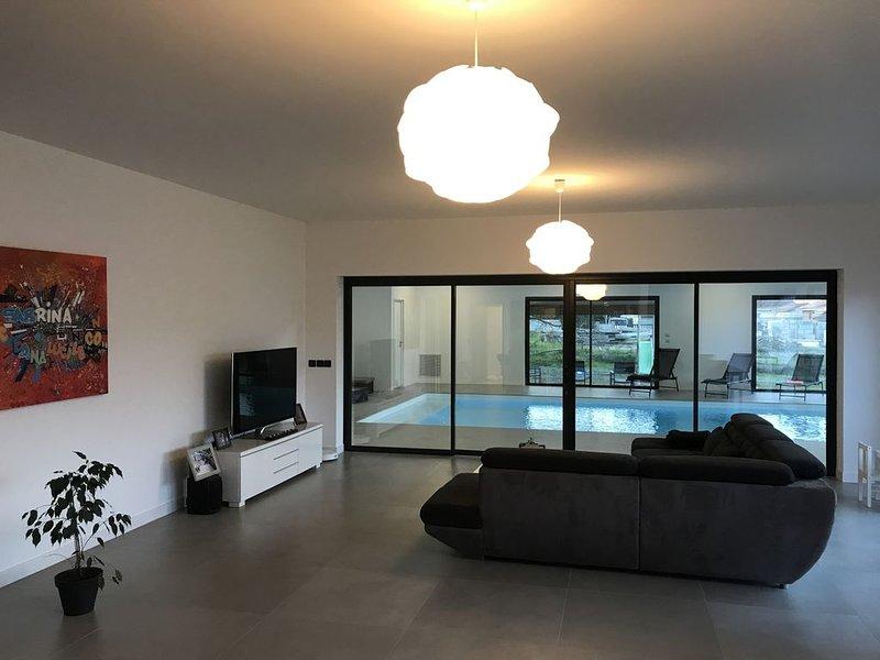 Villa piscine intérieure aux portes du Bassin d'Arcachon, holiday rental in Saint-Jean-d'Illac