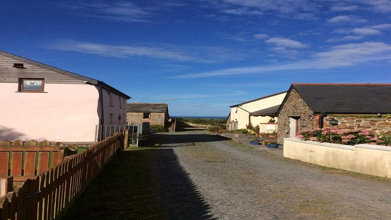 Five Barns With Great Coastal And Sea Views, Less Than 1 Mile From Widemouth Bay, location de vacances à Marhamchurch