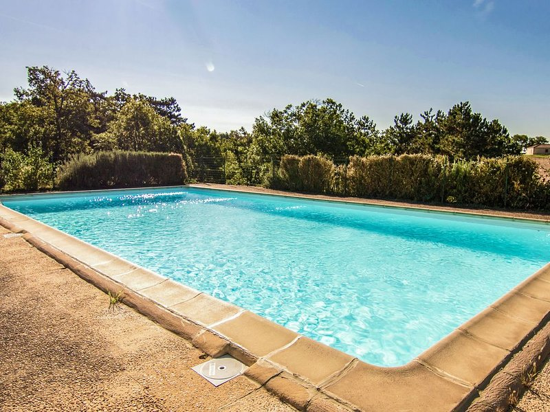 Modern Holiday Home in Salignac-Eyvigues with Swimming Pool, holiday rental in Salignac-Eyvigues
