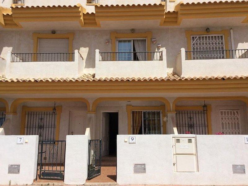Holiday home with all the basic essentials close to beaches sleeps 6, aluguéis de temporada em Santiago de la Ribera