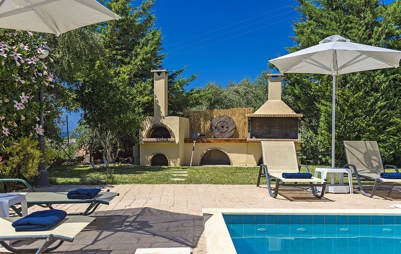 R618 Spacious Villa with Pool ,Outdoor Jacuzzi and Sea Views, location de vacances à Asteri