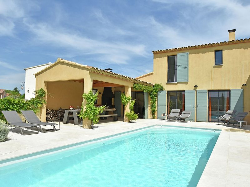 Lavish Villa in Malaucène with Private Garden, holiday rental in Malaucene