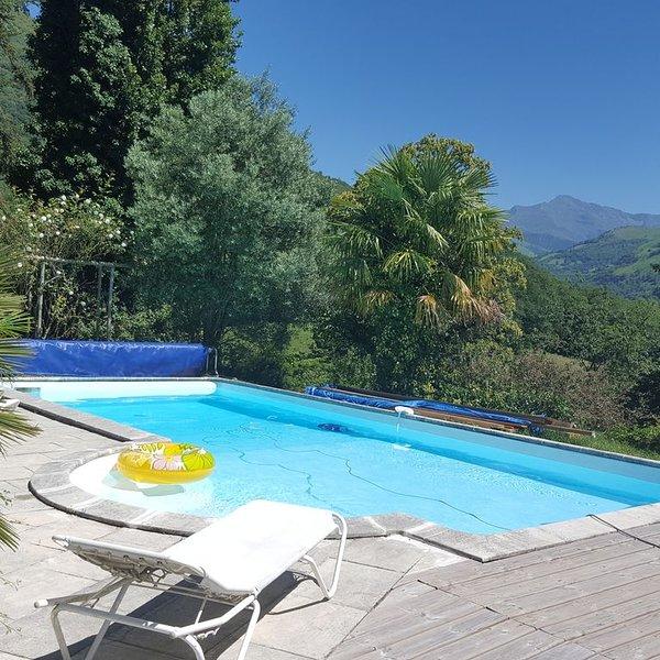Jolie maison avec piscine dans parc arboré avec vue sur le pic du montaigu, vacation rental in Juncalas