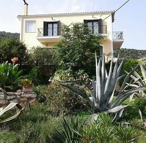 Full equipped villa with sea and mountain view 500meters from Agia Efimia center, aluguéis de temporada em Agia Efimia