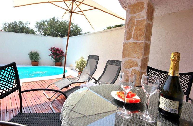 Cozy house for 2, private pool, Rovinj 5 mins, free wifi PC, free bikes, holiday rental in Rovinjsko Selo