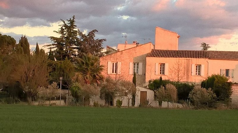 Old Wine Domaine, stunning views, Pool, big garden with trampoline, very calm, casa vacanza a Maraussan