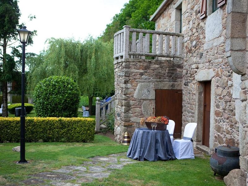 Casa - 4 Dormitorios con Piscina y WiFi - 107450, holiday rental in Friol