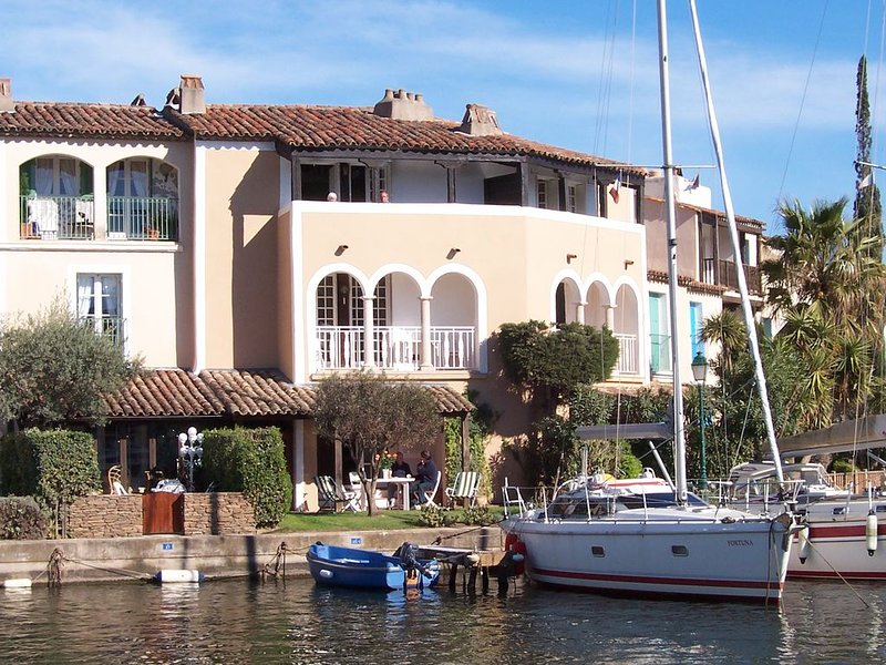 A waterside apartment located on the Ile des Quatre Vents at Port Grimaud., holiday rental in Port Grimaud