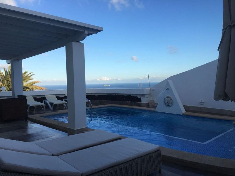 Luxury detached villa: private  heated pool, WIFI , A.C. & ocean view, Ferienwohnung in Tias