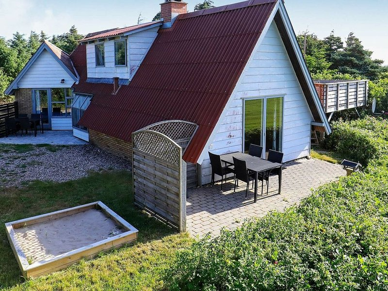 Lovely Holiday Home in Lemvig with Jacuzzi, Ferienwohnung in Baekmarksbro